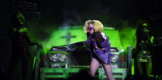 File:5-27-10 monster ball tour.jpg