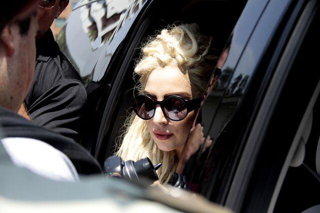 File:11-21-12 Gaga leaving hotel in Chile 002.jpg