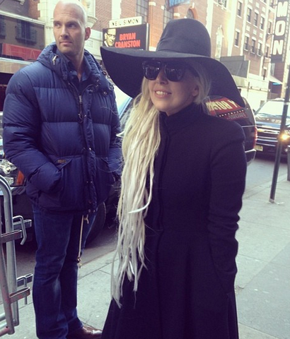 File:3-18-14 Leaving her apartment in NYC 002.png