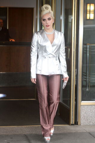 File:11-5-15 Leaving her apartment in NYC 001.jpg