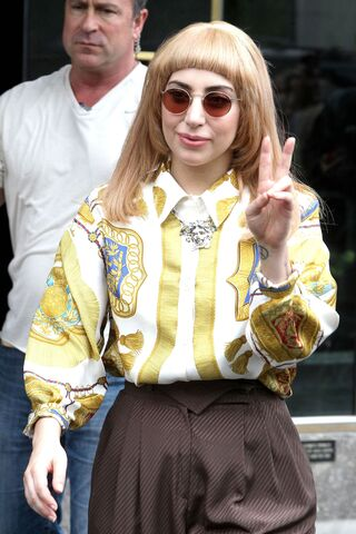 File:5-14-14 Leaving her apartment in NYC 002.jpg