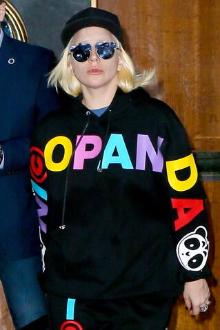 File:2-19-16 Leaving her apartment in NYC 002.jpg