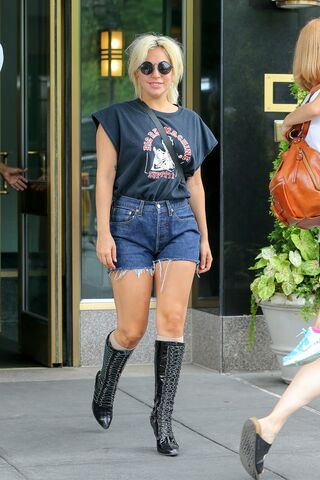 File:6-23-15 Leaving her apartment in NYC 001.jpg