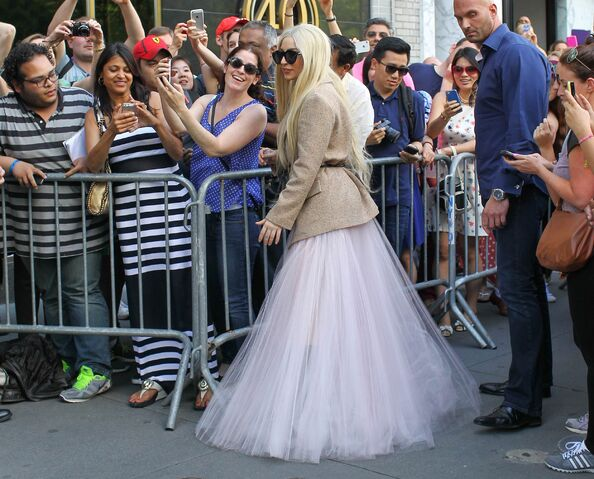 File:5-25-14 Leaving her apartment in NYC 003.jpg