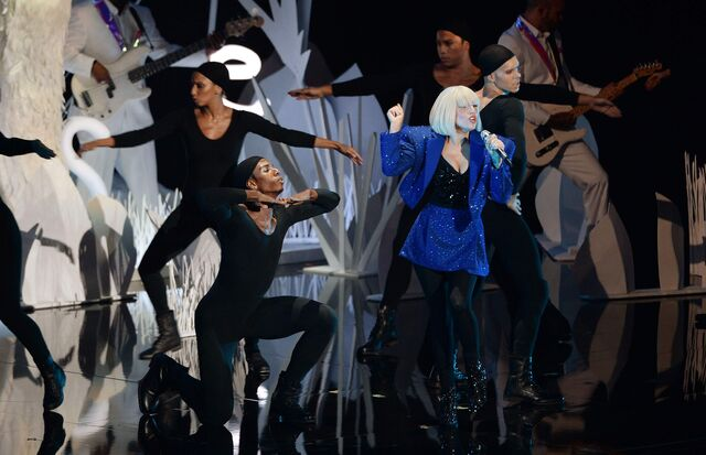 File:8-25-13 VMA Performance 009.jpg