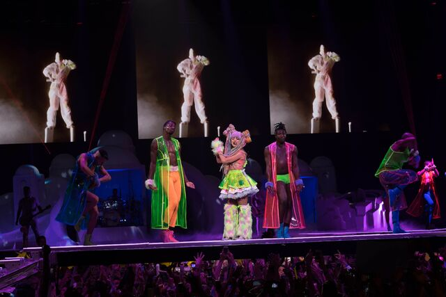 File:5-13-14 Applause artRAVE the ARTPOP ball.jpg