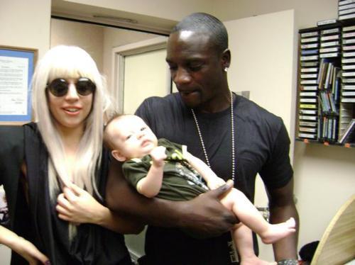 File:00-00-09 With Akon 001.jpg