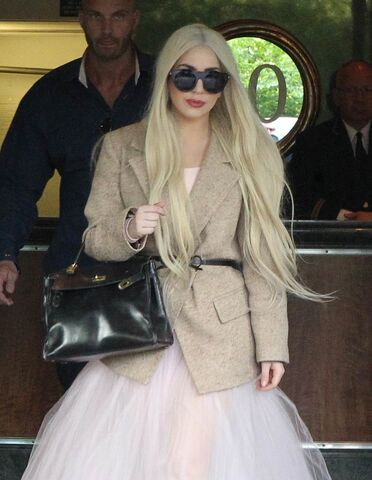 File:5-25-14 Leaving her apartment in NYC 002.JPG