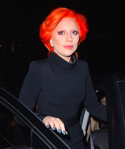 File:2-16-16 Leaving her apartment in NYC 002.jpg
