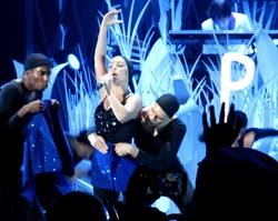 File:8-25-13 VMA Performance 017.jpg