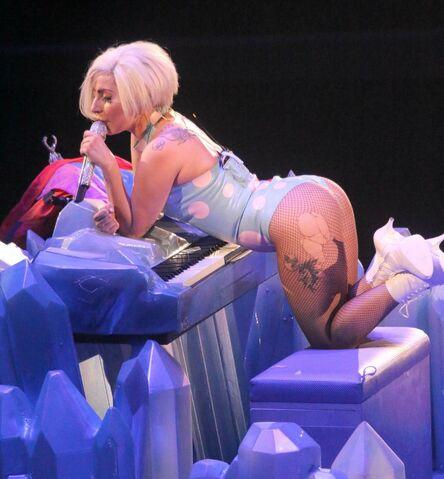 File:5-4-14 Born This Way - artRAVE The ARTPOP Ball Tour 001.jpg