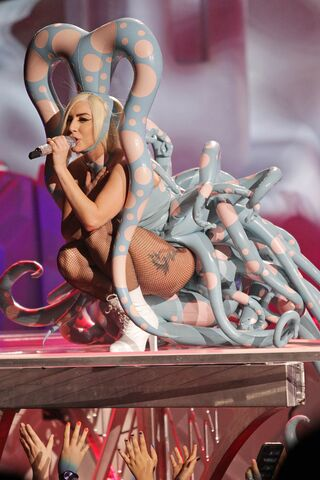 File:5-22-14 Paparazzi artRAVE the ARTPOP ball.jpg