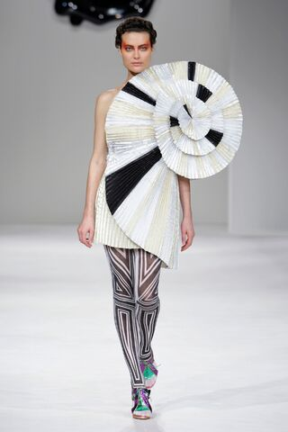 File:Viktor & Rolf Spring 2009 RTW Pleated Spin Dress.jpg