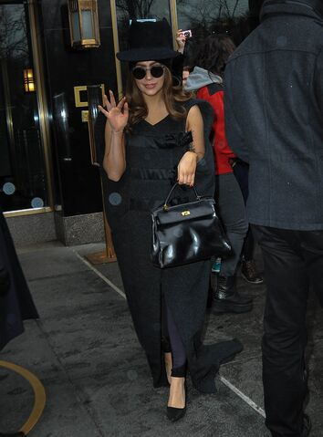 File:4-4-14 Leaving her apartment in NYC 005.jpg