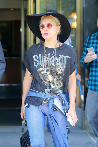 File:9-14-15 Leaving her apartment in NYC 002.jpg