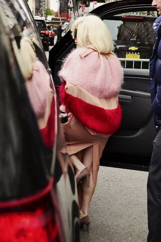 File:11-12-13 Leaving her apartment 003.jpg