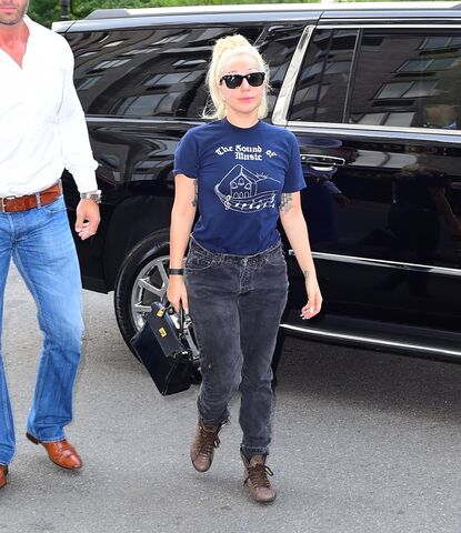 File:7-26-15 Arriving at her apartment in NYC 001.jpg