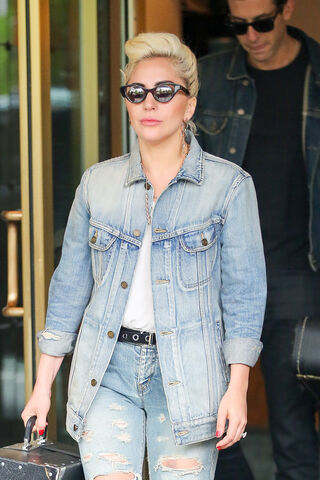 File:5-3-16 Leaving her apartment in NYC 002.jpg