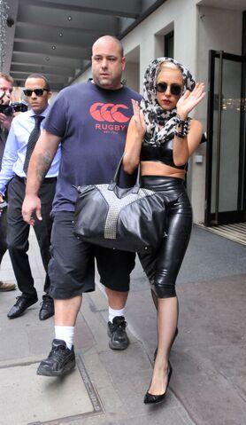 File:8-24-09 Leaving the MayFair Hotel in London 001.jpg