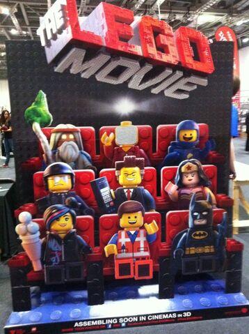 Archivo:Lego-standee-e1382707694929-600x803.jpg