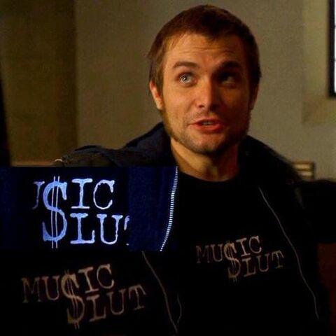 Archivo:1x07 Liam Tshirt.jpg