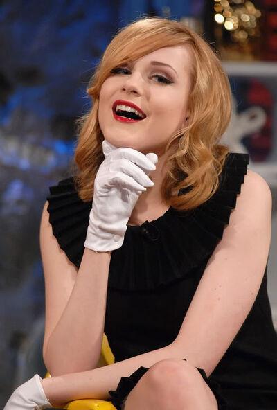 Rachel Wood Glove1
