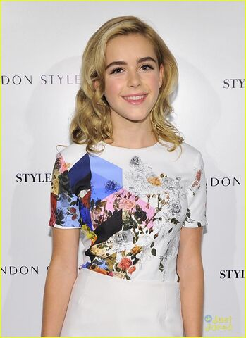 File:Holland-roden-kiernan-shipka-fashion-council-event-06.jpg