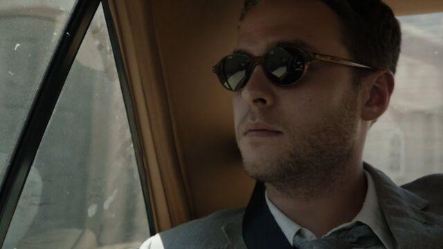 File:Leo-Fitz-Sunglasses-S3E1.jpg