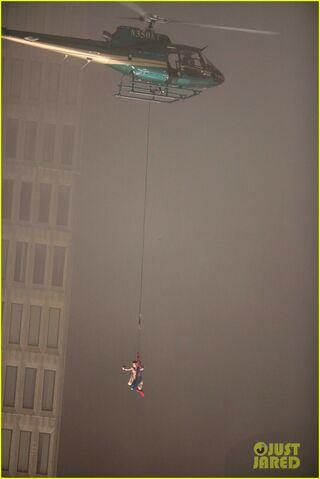 File:Spider-man-stunt-doubles-helicopter-scene-10.jpg