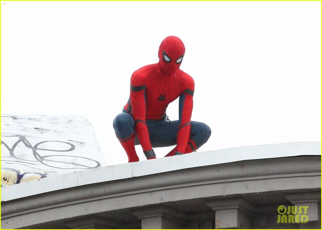 File:Tom-holland-snaps-a-selfie-while-filming-spide-man-homecoming-06.jpg