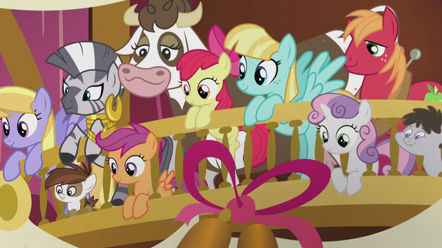 File:Crowd of wedding guests in the balcony S5E9.png