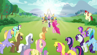 Pinkie jumps in excitement over the arrival of Countess Coloratura S5E24