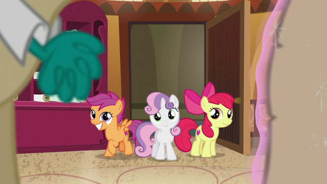 File:The CMC enters the room S6E4.png