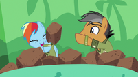 Quibble tosses a foam rock at Rainbow S6E13