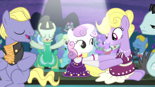 File:Sweetie shakes hoof with a mare S4E19.png