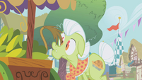 Gilda's tail touches Granny Smith's nose S1E5