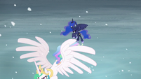 Luna sees Celestia flying off S6E2