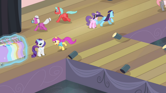 File:Ponies scattering S4E08.png