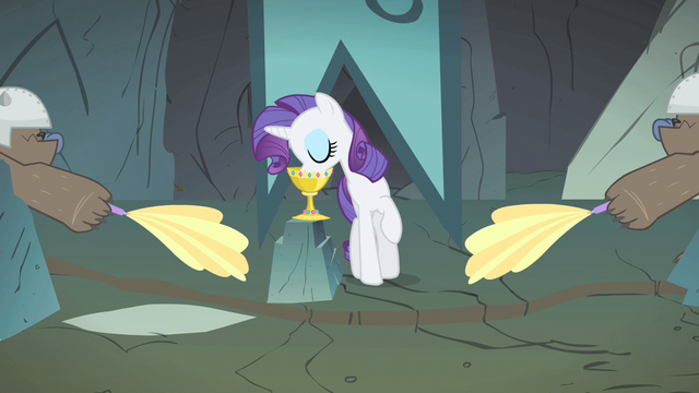 File:Rarity drinking water S1E19.png