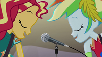 Sunset Shimmer and Rainbow Dash sing together EG4