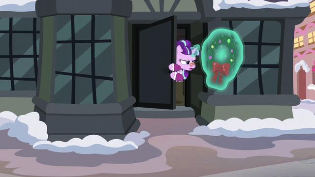 File:Snowfall takes a Hearth's Warming wreath S06E08.png
