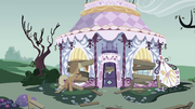 Applejack boarding up Carousel Boutique S03E13