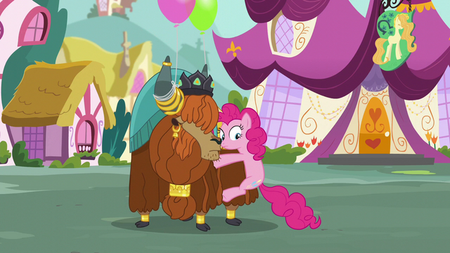 File:Pinkie pauses S5E11.png