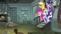 Other ponies peeking into Daring's house S4E04