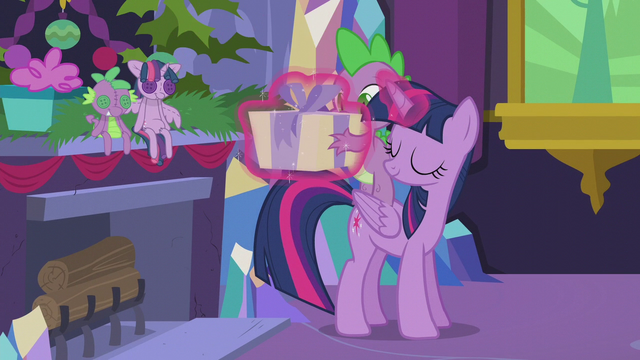 File:Twilight levitates present into Spike's hands S5E20.png