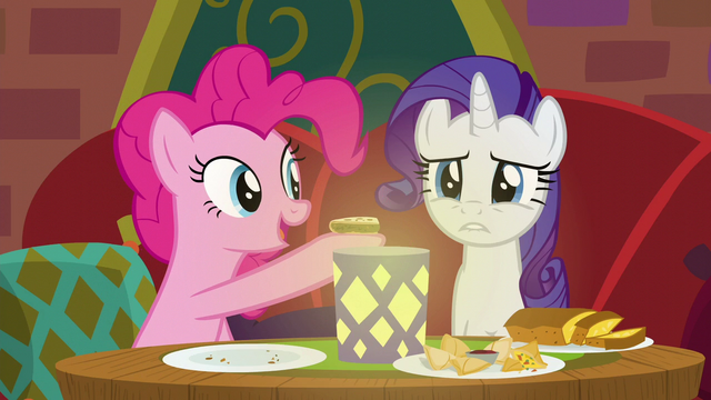 File:Pinkie Pie offering food to Rarity S6E12.png
