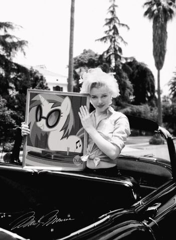 File:FANMADE Marilyn monroe holding dj pon3 photo.jpg
