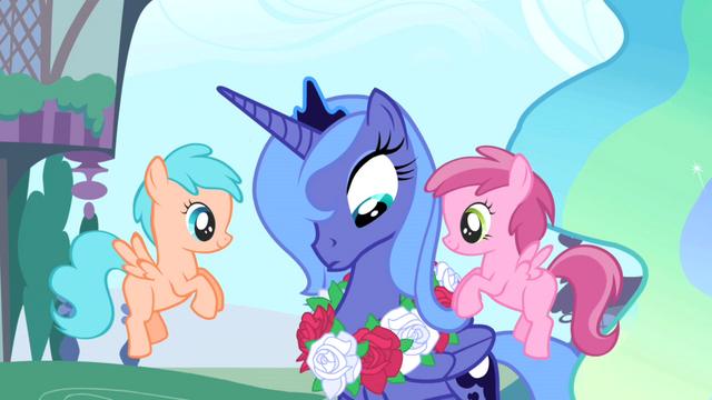 File:Princess Luna wreath pegasus foals S1E02.png
