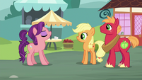 Spoiled Milk acting smug to Applejack and Big Mac S6E23