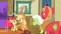 Applejack talking to Apple Bloom S2E06